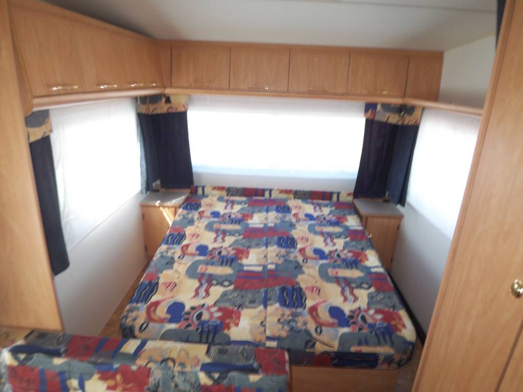 caravane avec lit central moto plein phare. Black Bedroom Furniture Sets. Home Design Ideas