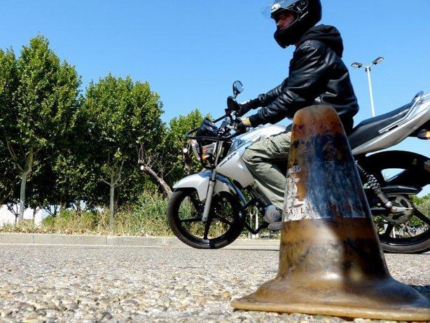 conduire une moto 125 avec permis b moto plein phare. Black Bedroom Furniture Sets. Home Design Ideas