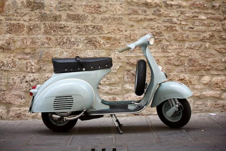 un scooter sans permis moto plein phare. Black Bedroom Furniture Sets. Home Design Ideas
